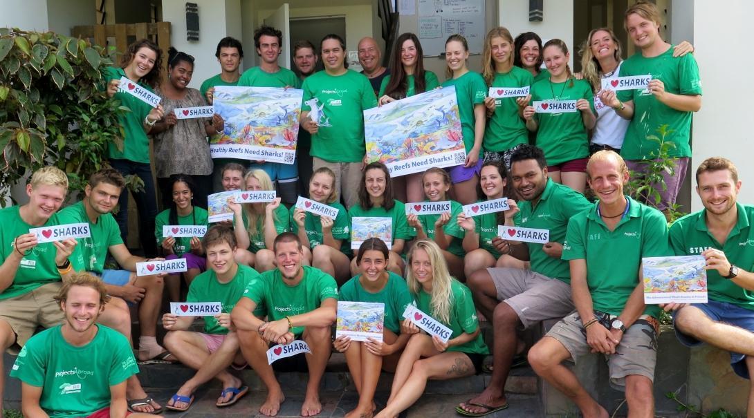 Jóvenes voluntarios creando consciencia sobre la conservación de tiburones en Fiyi.